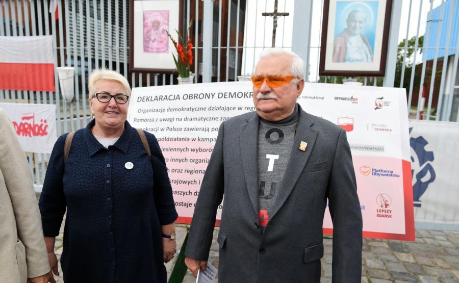 Były prezydent Lech Wałęsa i posłanka PO Henryka Krzywonos-Strycharska podczas konferencji prasowej prezentującej \