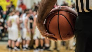 Sędzia meczu koszykówki