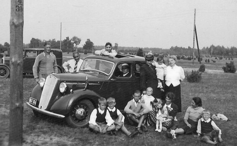 Rodzina Jaworskich, Bujnowskich i Cicholewskich na wakacjach w Józefowie, tata Krzysztofa – pierwszy od lewej za samochodem, Krzysztof – czwarty od lewej przed samochodem, sierpień 1939