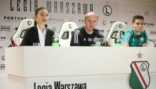 Rzeczniczka prasowa Legii Izabela Kuś (L), szkoleniowiec Aleksandar Vukovic (C) oraz napastnik Jarosław Niezgoda (P) podczas konferencji prasowej w Warszawie