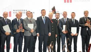 Prezydent Andrzej Duda wraz z nominowanymi i laureatami podczas wieczornej gali
