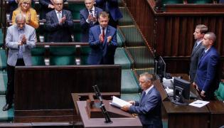 Marian Banaś w Sejmie, w tle politycy PiS