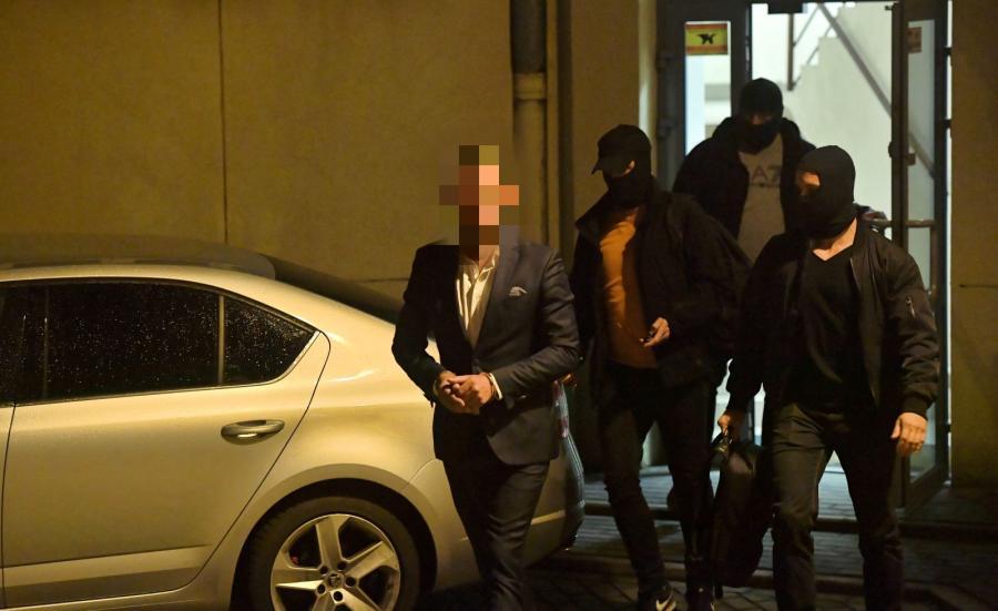 Były burmistrz dzielnicy Włochy, Artur W. przed siedzibą prokuratury Okręgowej