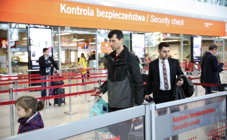 Denis Lisow z córkami przed wylotem do Rosji z warszawskiego lotniska Okęcie