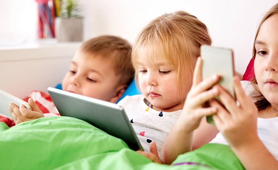 Dzieci z tabletami i smartfonami