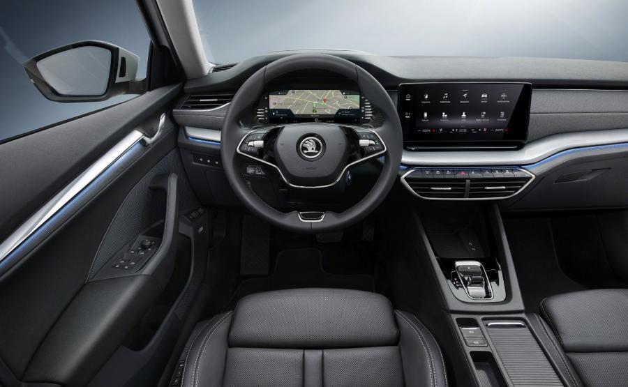 Nowa Skoda Octavia jakością materiałów dorównuje Volkswagenowi, a w niektórych partiach wypada nawet korzystniej. Tam gdzie Niemcy poskąpili, Czesi stosują miękkie wykładziny – wystarczy włożyć rękę do kieszeni na drzwiach lub zajrzeć do schowka na karty po lewej stronie kierownicy