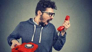Mężczyzna krzyczący do telefonu