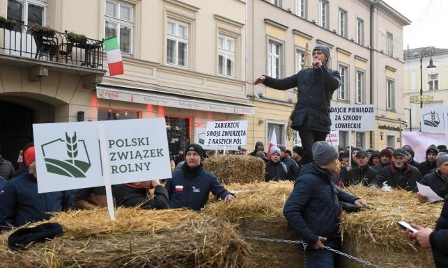 Rolnicy z Agrounii usunięci siłą przez policję. Koniec utrudnień na Nowym Świecie i Krakowskim Przedmieściu
