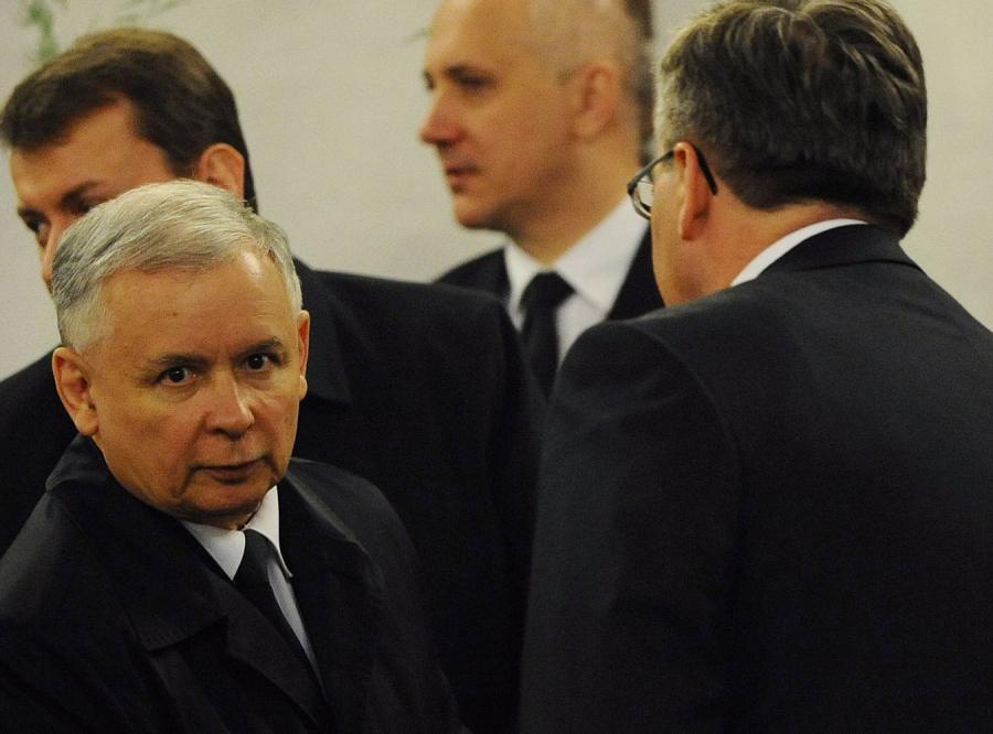 Kaczyński pyta: Co Komorowski wiedział o lataniu prezydenta