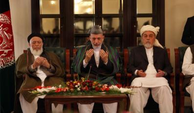Prezydent Hamid Karzaj w otoczeniu liderów Wysokiej Rady Pokoju.