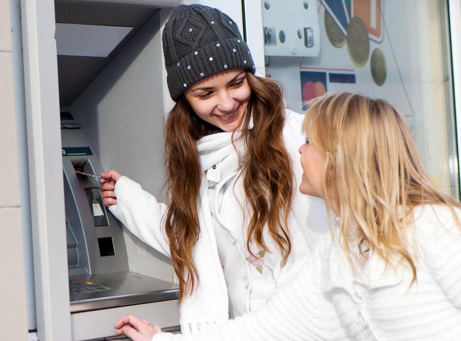 Matka z córką przy bankomacie.