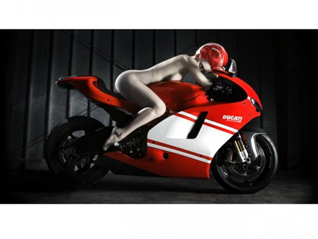 Naga kobieta i Ducati. Autorką zdjęć jest młoda artystka fotografii, Elizabeth Raab - jej specjalnością są kreatywne portrety. Ze zdjęć wykonanych jej ręką biją silne emocje. Fotografie, które możecie obejrzeć w naszej galerii można kupić w większych rozmiarach na stronie Ducati Art.
