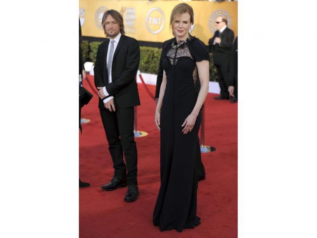 Nicole Kidman w dostojnej granatowej czerni sukni z kolekcji RTW 2011.