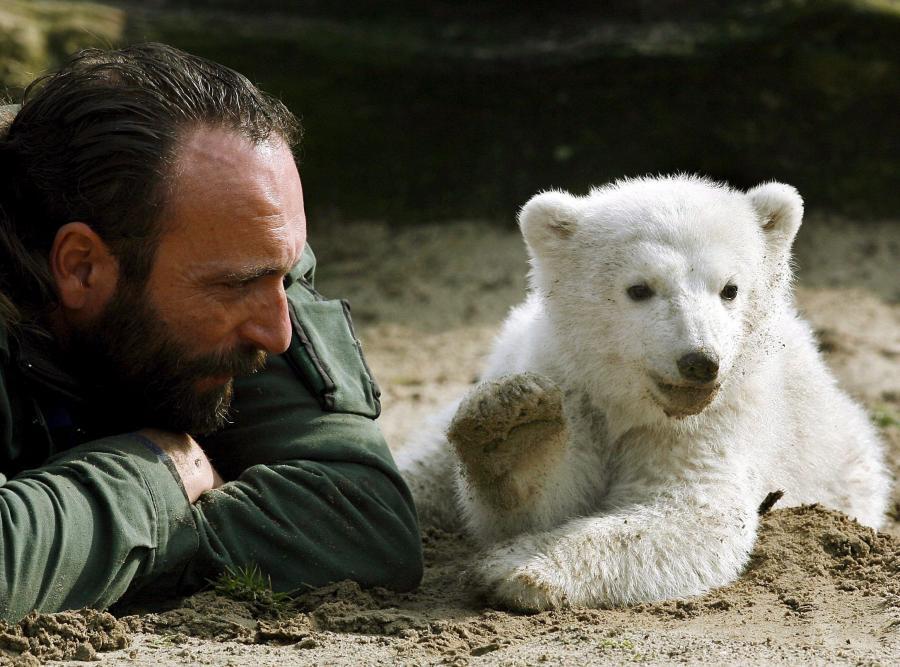 23 marca 2007 - Knut ze swym pierwszym opiekunem, nieżyjącym już Thomasem Doerfleinem