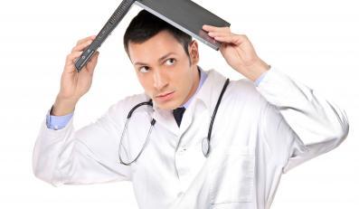 Ustawa znosi kary dla lekarzy, ale odpowiedzialność zostaje
