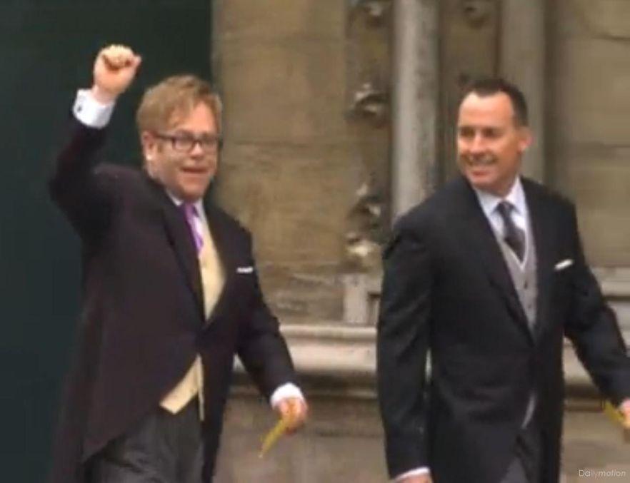 Elton John z mężem na ślubie księcia Williama