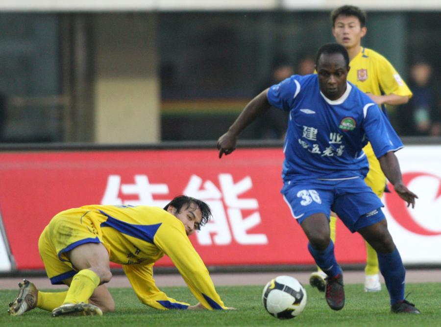 Emmanuel Olisadebe (w niebieskiej koszulce)
