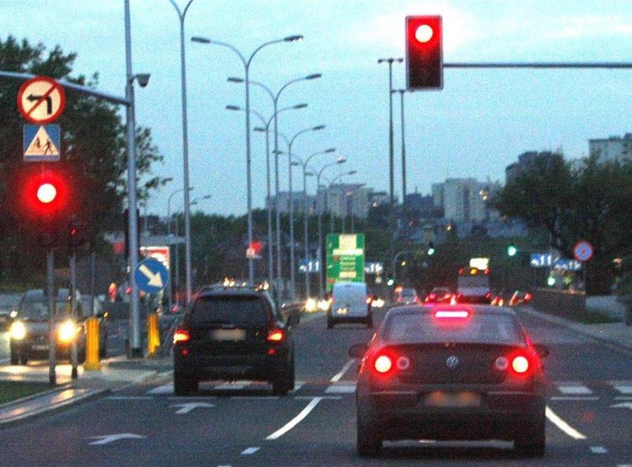 Auto posła PiS przejeżdża na czerownym świetle