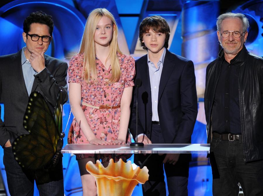Steven Spielberg, J.J. Abrams, Elle Fanning oraz Joel Courtney zaprezentowali fragmenty owianego tajemnicą filmu \