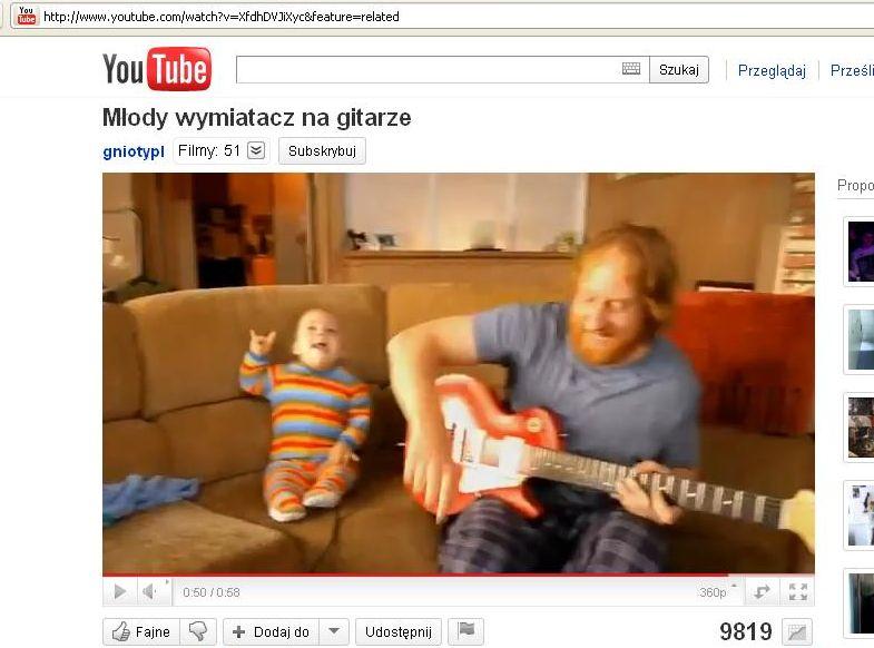Maluch wymiata na gitarze