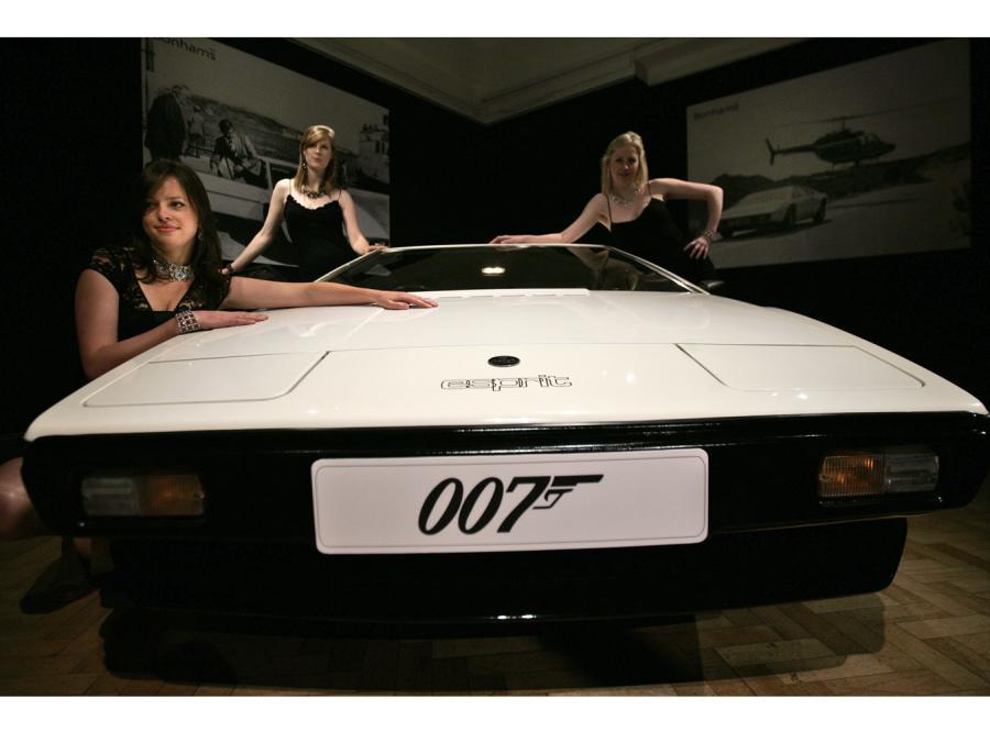 Agent 007 zasiadł za kierownicą lotusa esprit