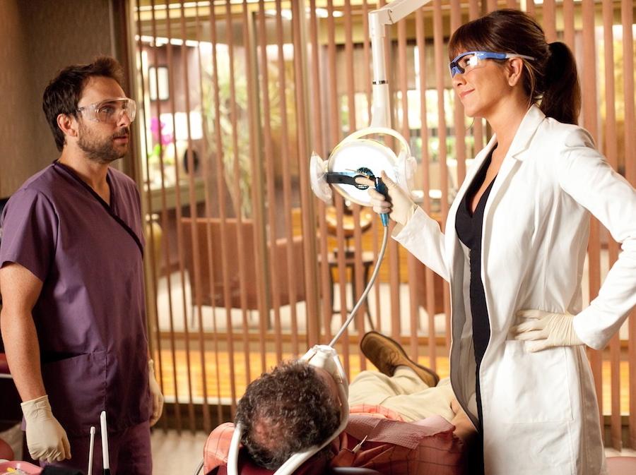 Wrażliwy Dale (Charlie Day) jest ofiarą seksualnych napaści ze strony nadpobudliwej pani doktor (Jennifer Aniston)