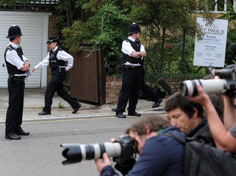 Policja i fotoreporterzy na placu Camden