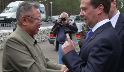 Dimitrij Miedwiediew wita się z Kim Dzong Ilem