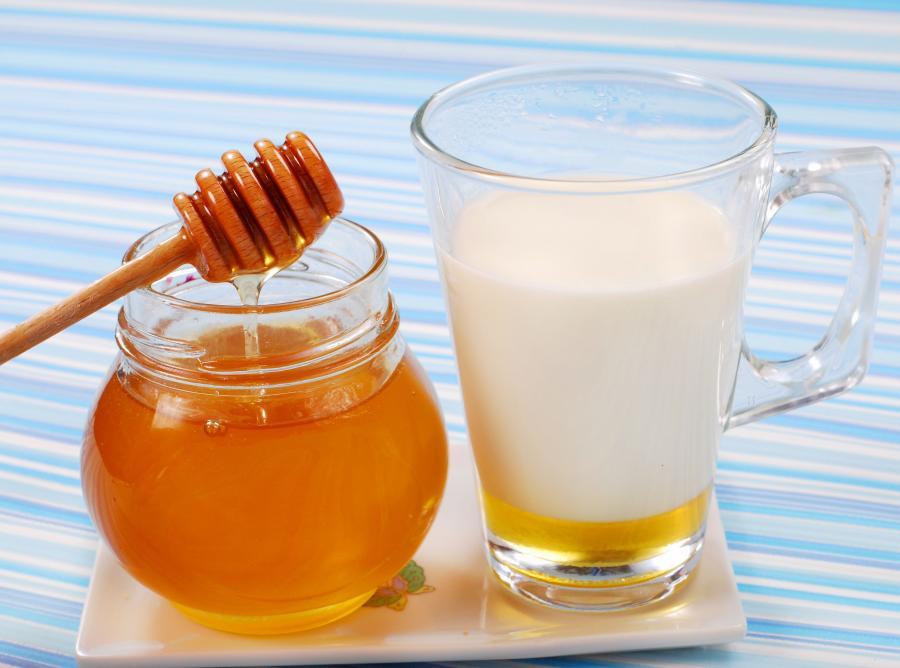 Ciepłe mleko z miodem zwalczy ból gardła, obniży gorączkę, poprawi samopoczucie