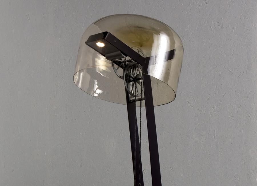 Lampa nakręcana jak zegar z kukułką działa dzięki grawitacji