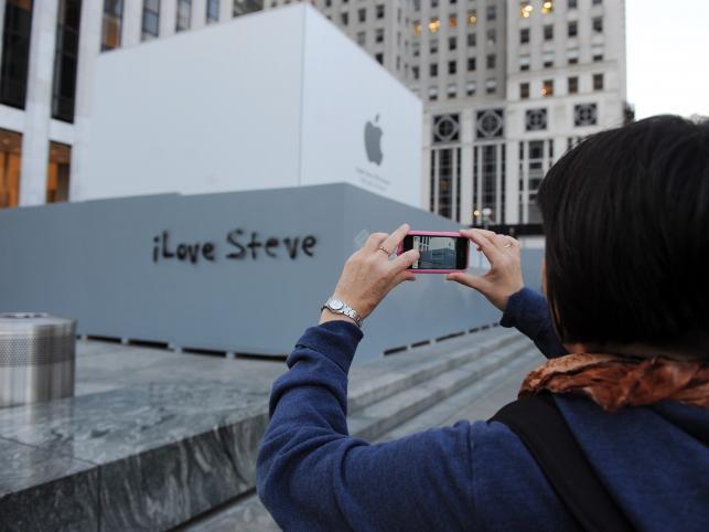 """""""I love Steve"""" na ścianie przed sklepem Apple'a w Nowym Jorku"""