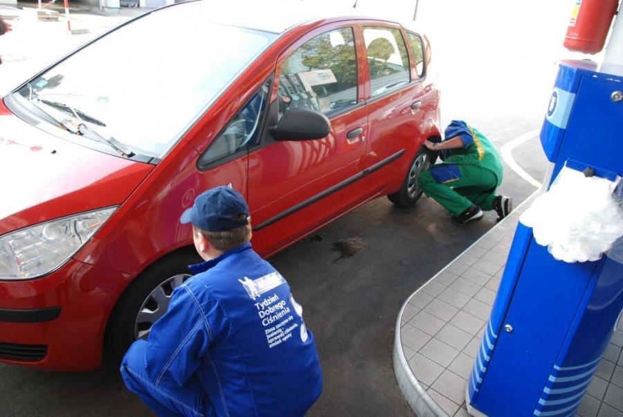 Niemal 65 proc. polskich kierowcow jeździ na kapciu