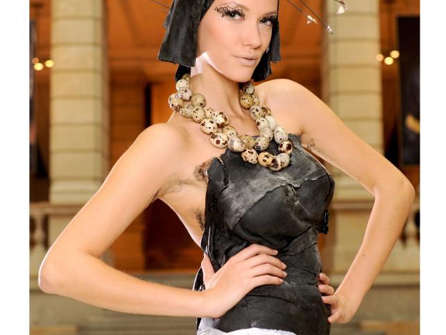 Modelka w sukni z ciasta makaronowego, skóry łososia i naszyjniku z przepiórczych jajek