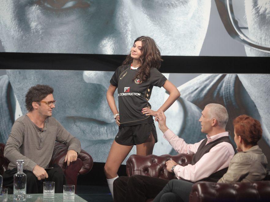 Dominika Zasiewska prezentowała koszulki klubów, w których grał Maciej Szczęsny