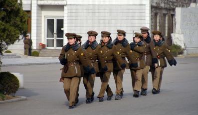 Kobiecy oddział wojskowy w drodze na defiladę w Phenianie