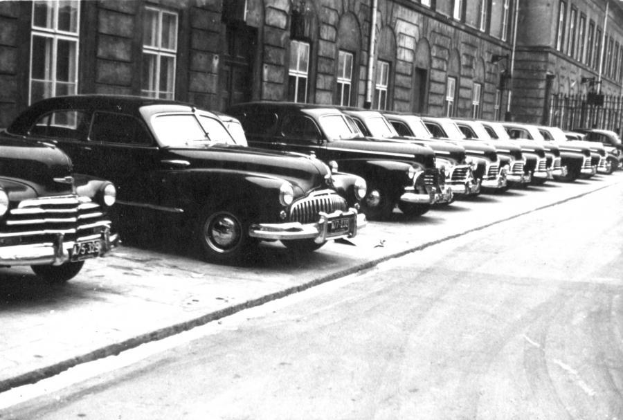 Koniec lat 40. przed jednym z ministerstw w Warszawie. Pierwszy od lewej (widać tylko przód) Chevrolet z 1947 roku, dalej Buick, a następnie rząd 8 Chevroletów