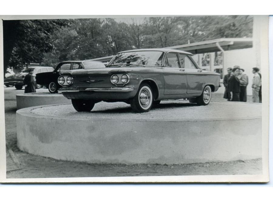 Międzynarodowe Targi Poznańskie, lata 60. Ekspozycja samochodów amerykańskich. Na pierwszym planie Chevrolet Corvair