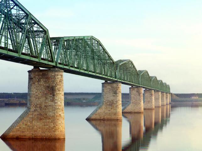 Trasa koleji transsyberyjskiej. Most kolejowy przez Kamę, obok miasta Perm.