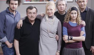 "Julisz Machulski z aktorami spektaklu ""Next-ex"""