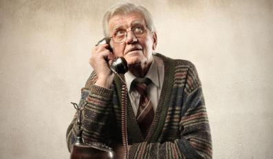 Starszy człowiek z telefonem