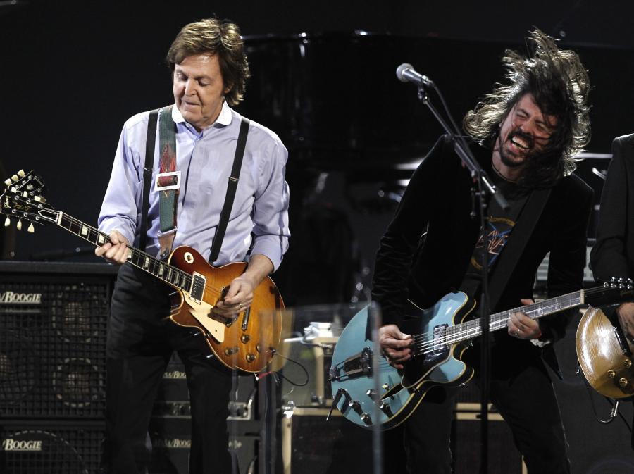 Paul McCartney i Dave Grohl z Foo Fighters na scenie podczas gali Grammy