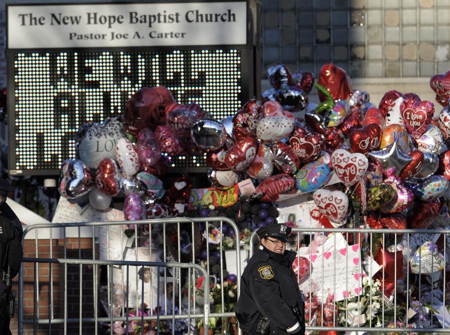 Przed kościołem rośnie góra kwiatów, maskotek i innych dowodów sympatii pod adresem zmarłej tragicznie piosenkarki