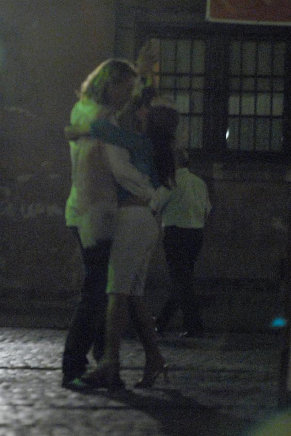 Zakochana para tańczyła na staromiejskiej uliczce