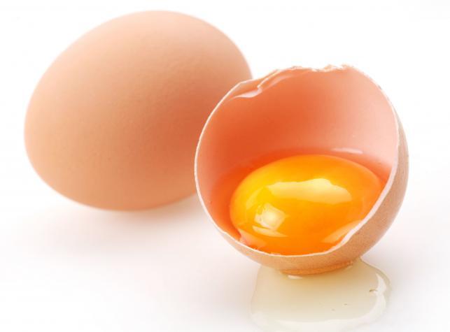 Należy jeść jajka gotowane, a nie surowe, bo inaczej zarazimy się salmonellą – MIT, ale…