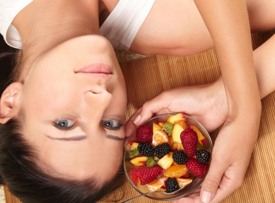 Kobieta z sałatką owocową