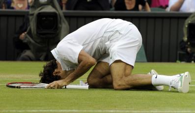 Roger Federer cieszy się z wygranej w Wimbledonie