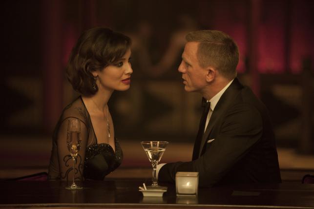 "Bérénice Marlohe i Daniel Craig w filmie ""Skyfall"""