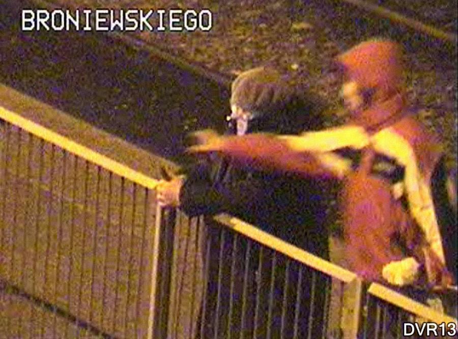 Kamery zarejestrowały, jak 22-latek kradnie telefon starszej kobiecie