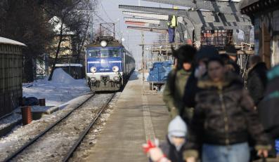 Pociąg przed stacją kolejową - zdjęcie ilustracyjne