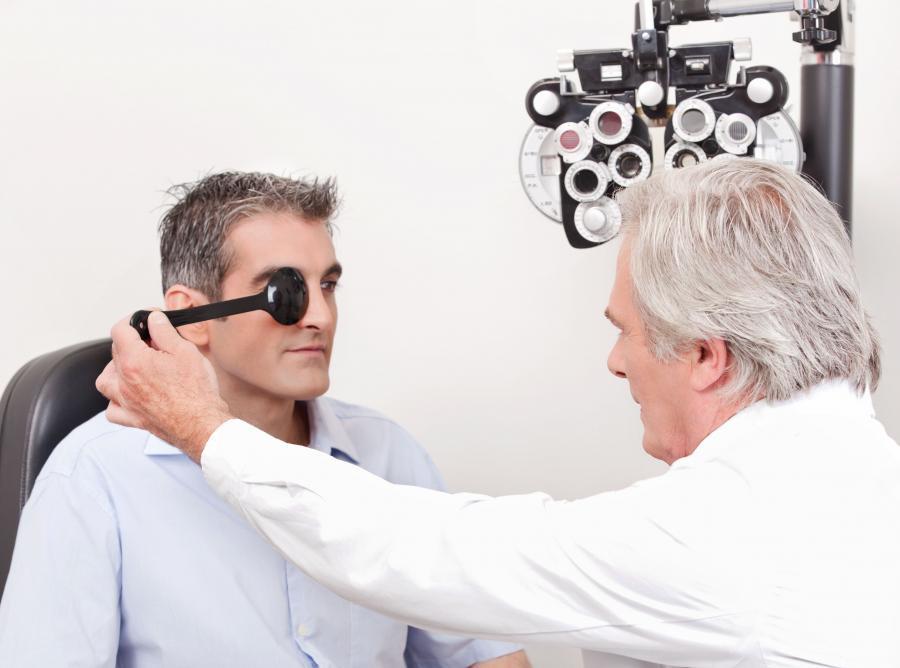 okulista bada oczy mężczyźnie